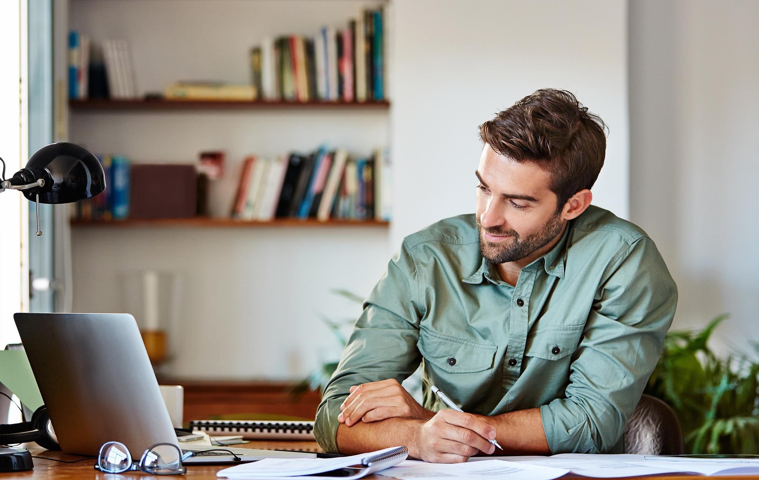 Mann sitzt am Schreibtisch