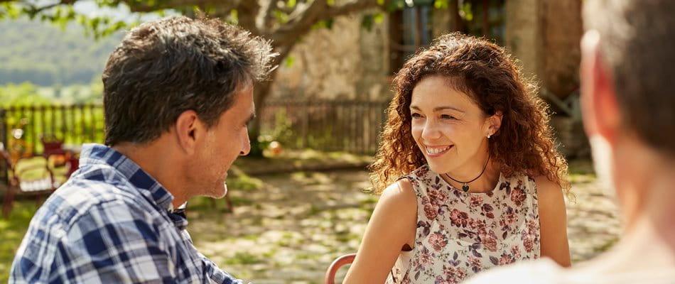 Couple souriant assis à table