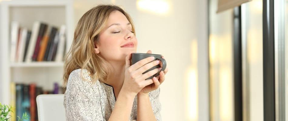Donna con tazza di caffè