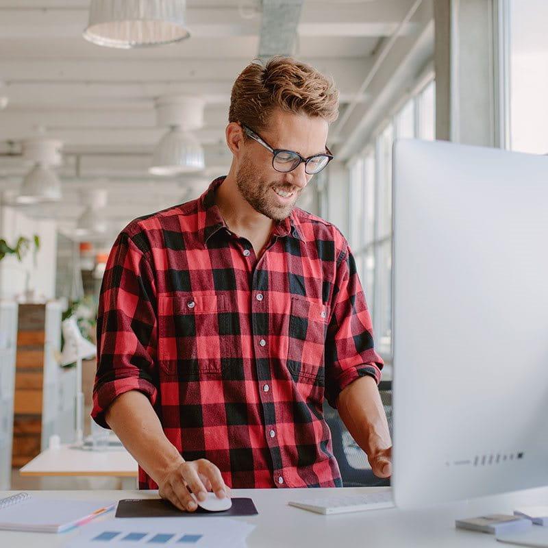Ein Büroangestellter arbeitet an einem Computer.