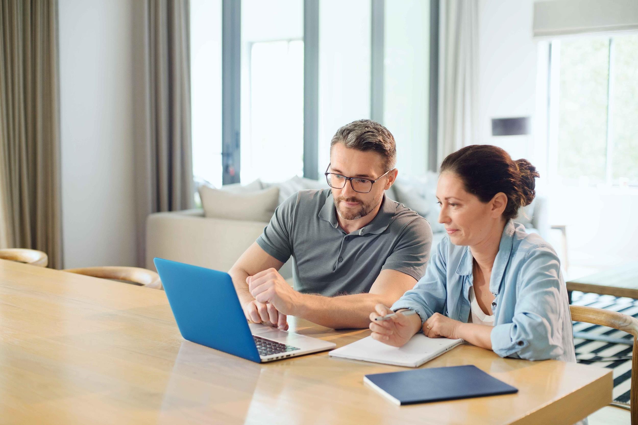 Uomo e donna con computer portatile