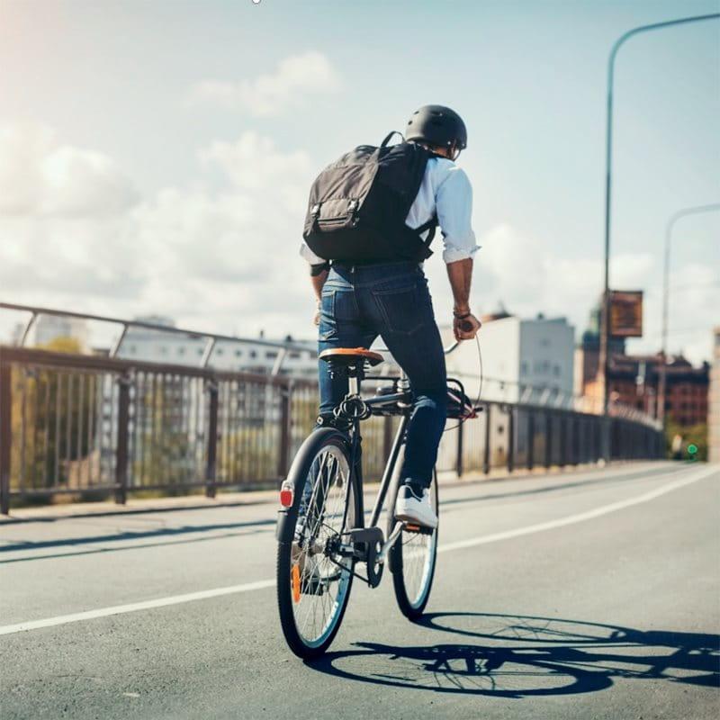 Jeune cycliste en ville