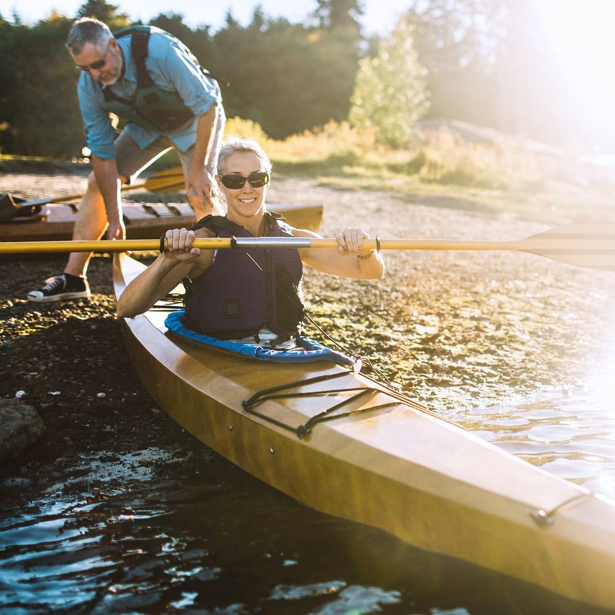 Couple heureux faisant du canoë