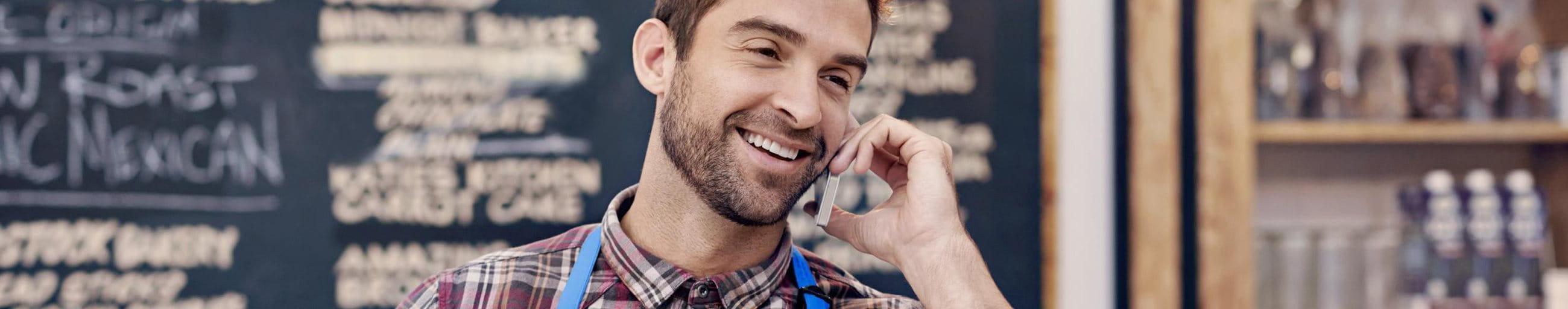 Homme fait un téléphone