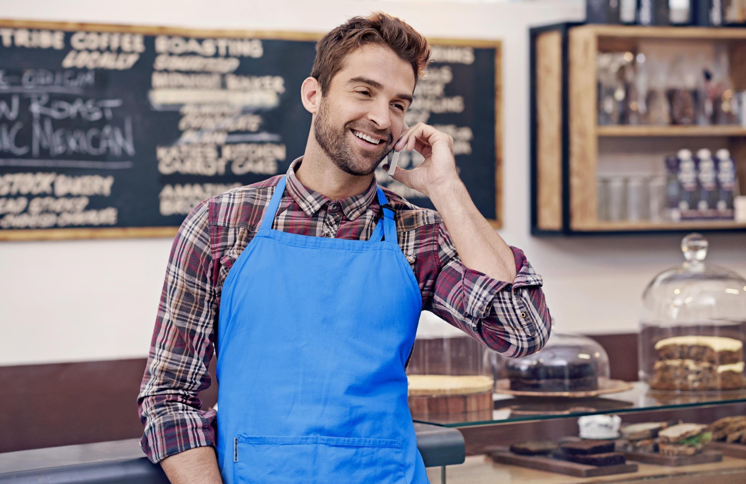 Phoning homme en tablier bleu
