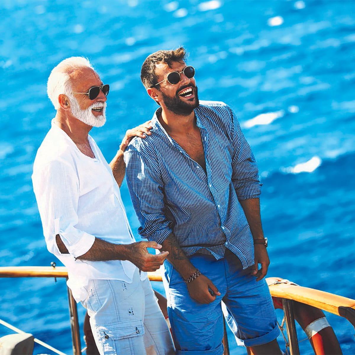 Vater und Sohn beim Segeln