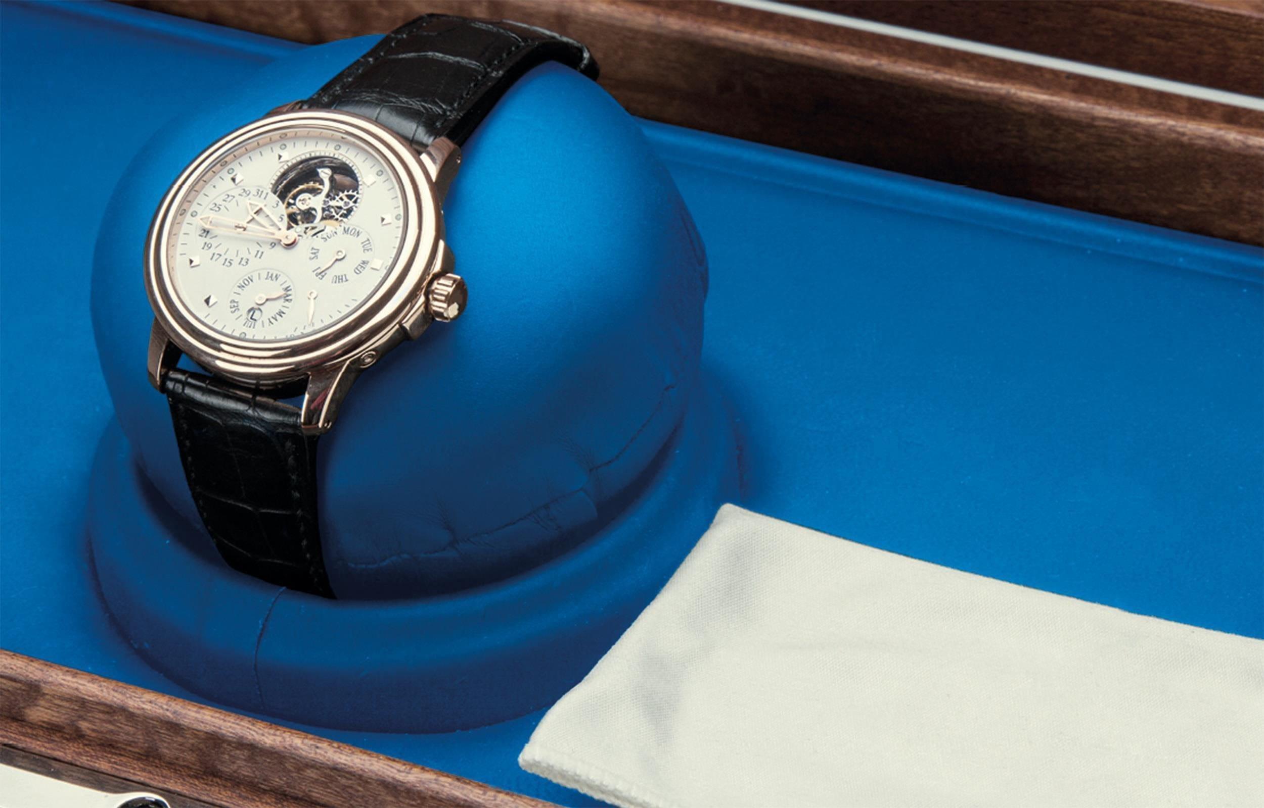 Wertvolle Uhr in einer Aufbewahrungsschachtel