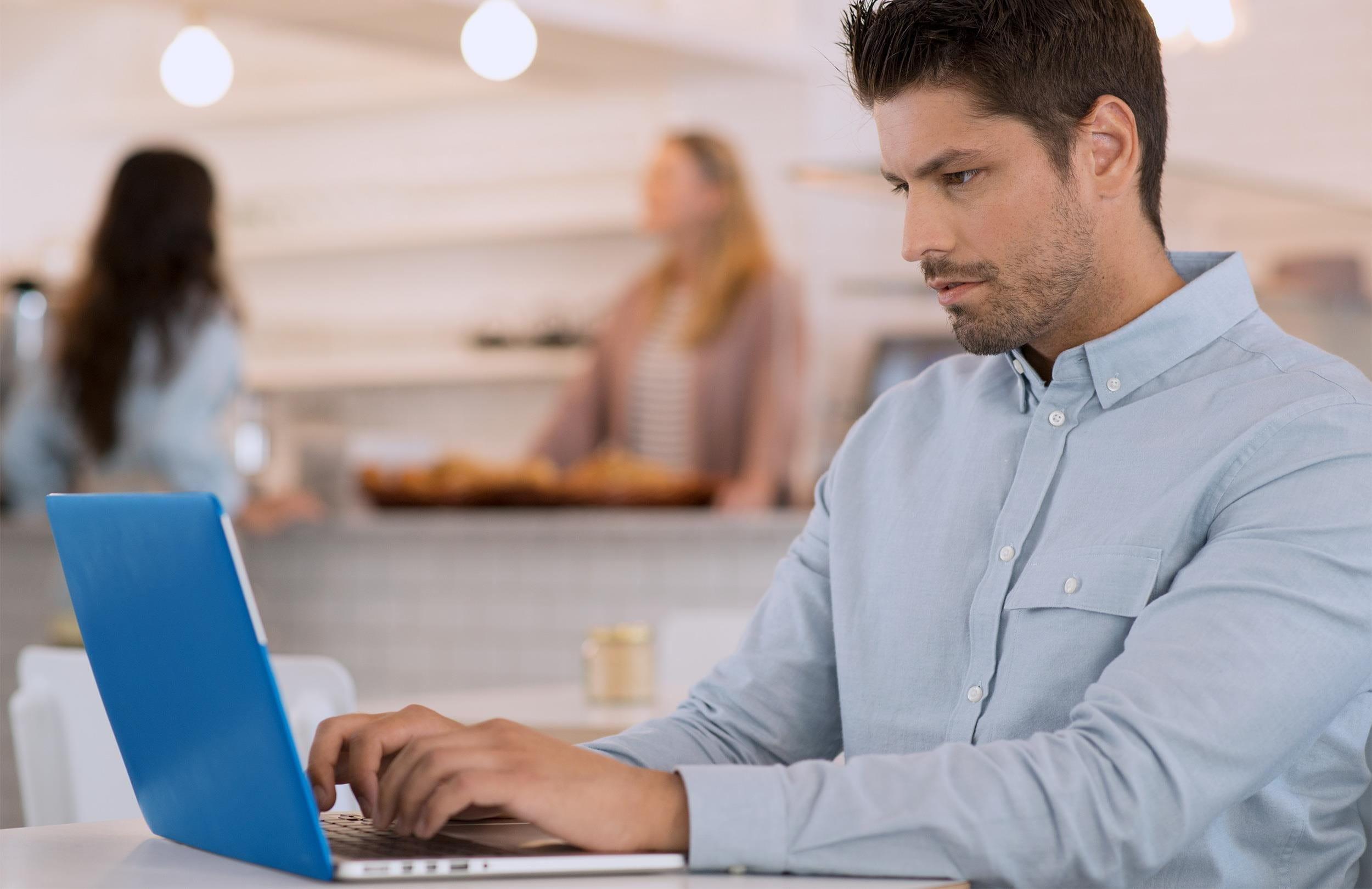 Un uomo compila una e-fattura sul suo computer portatile.