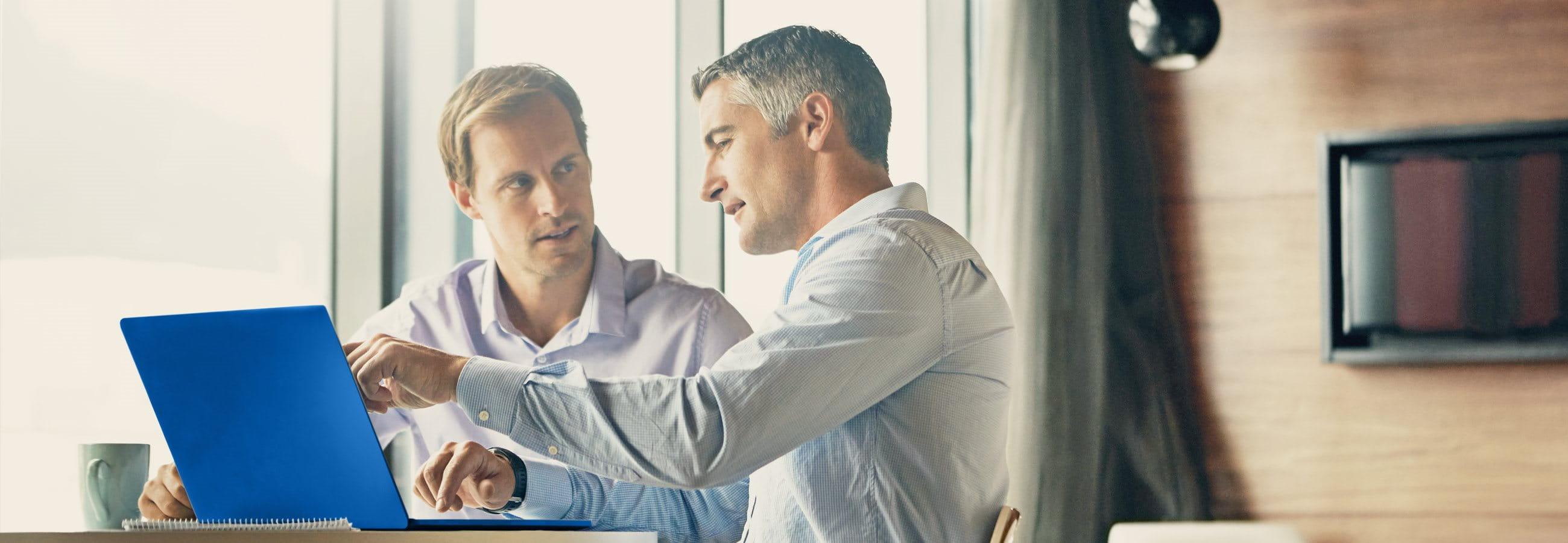 Ein Berater im Gespräch mit seinem Klienten