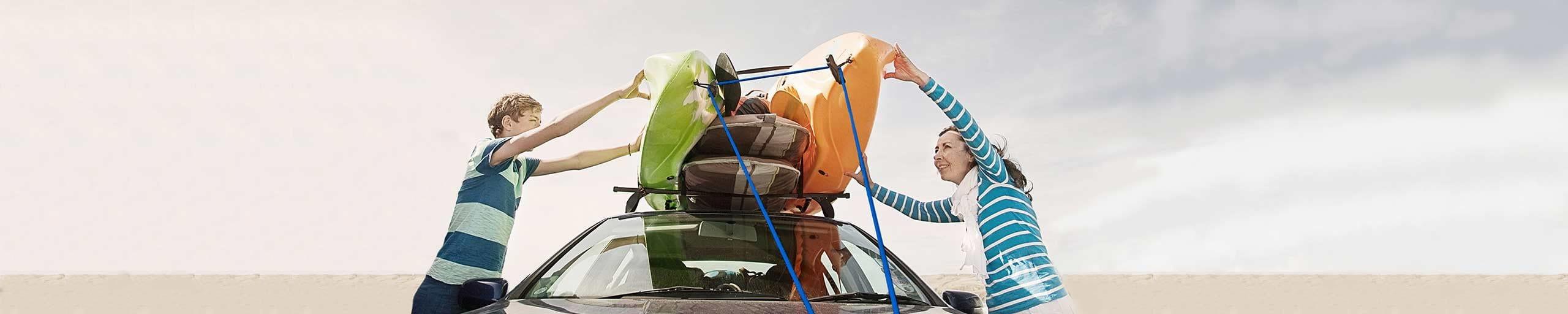 Familie fährt mit Auto in die Ferien