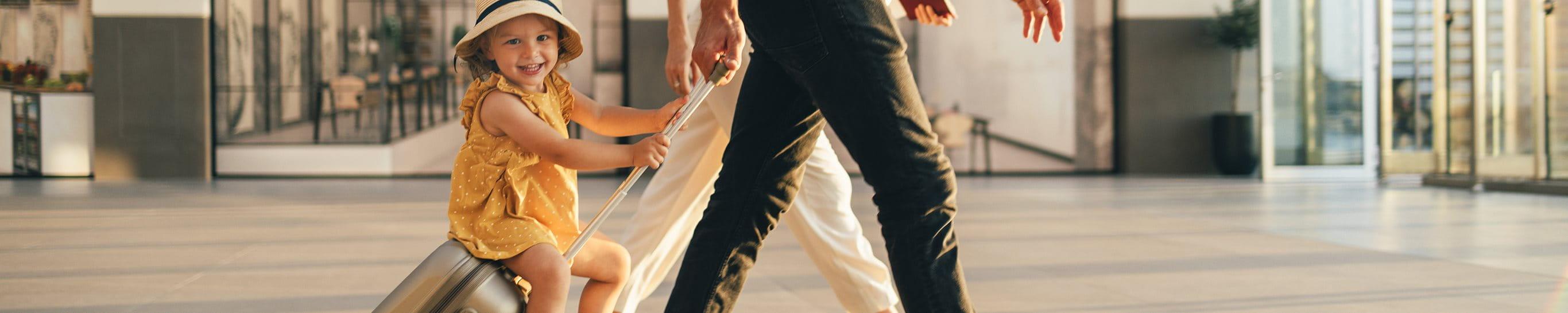Un padre e suo figlio aspettano in aeroporto