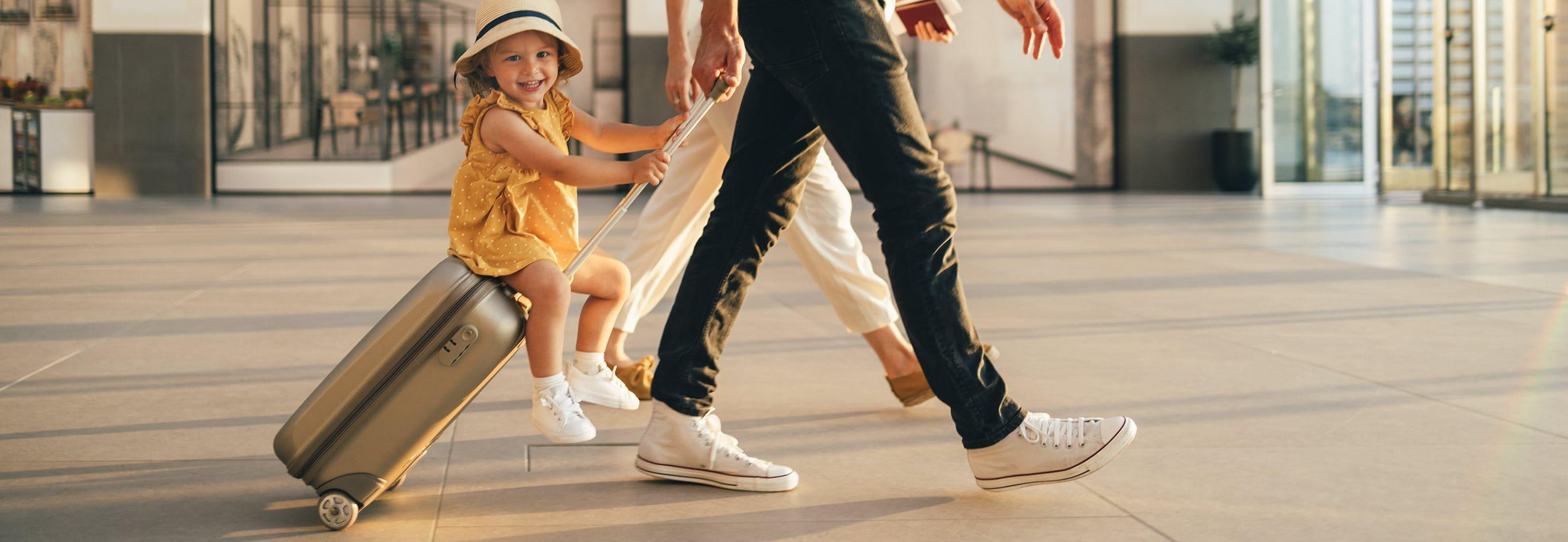 Vater und Sohn warten am Flughafen.
