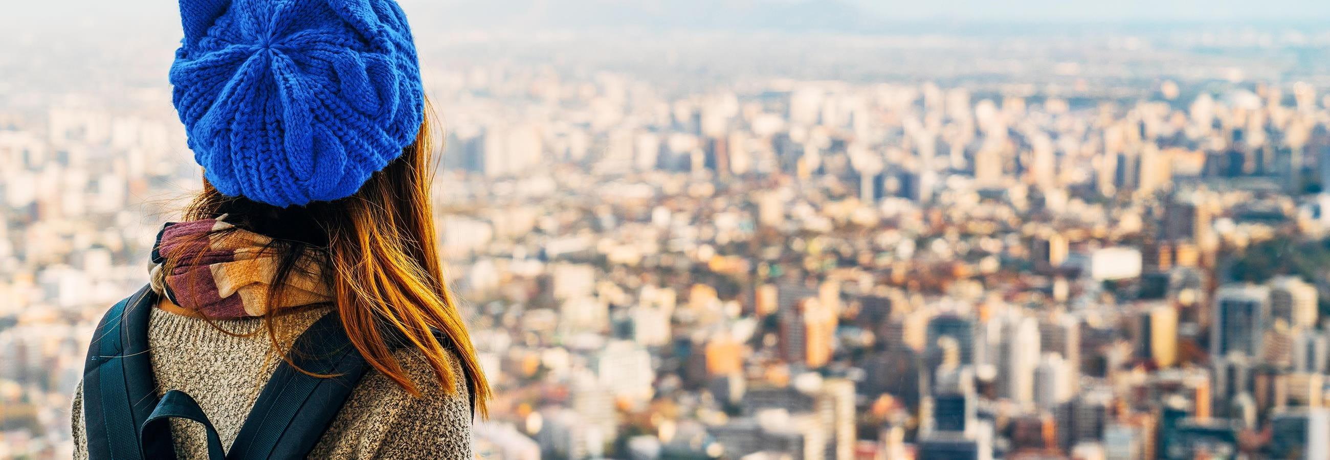 Frau schaut auf eine Stadt