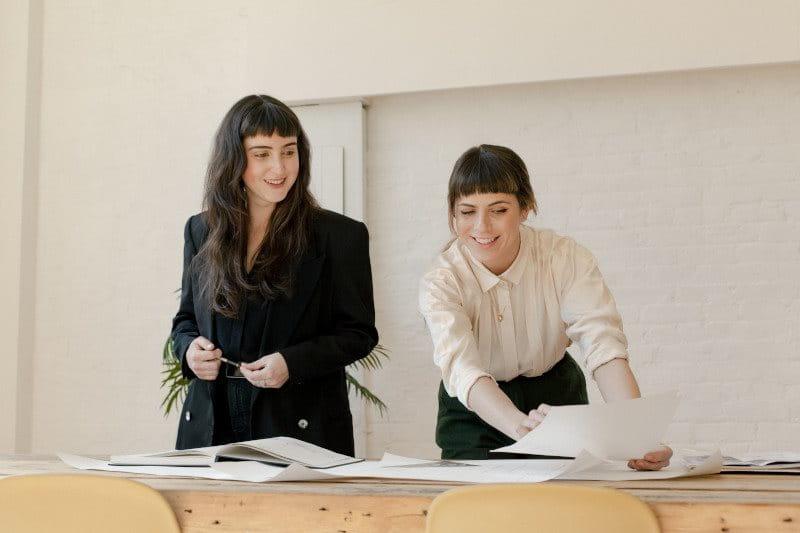 Deux femmes examinant des documents dans un bureau