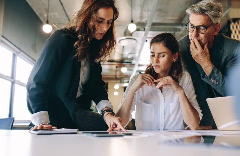 Geschäftsfrau bespricht sich mit ihrem Team