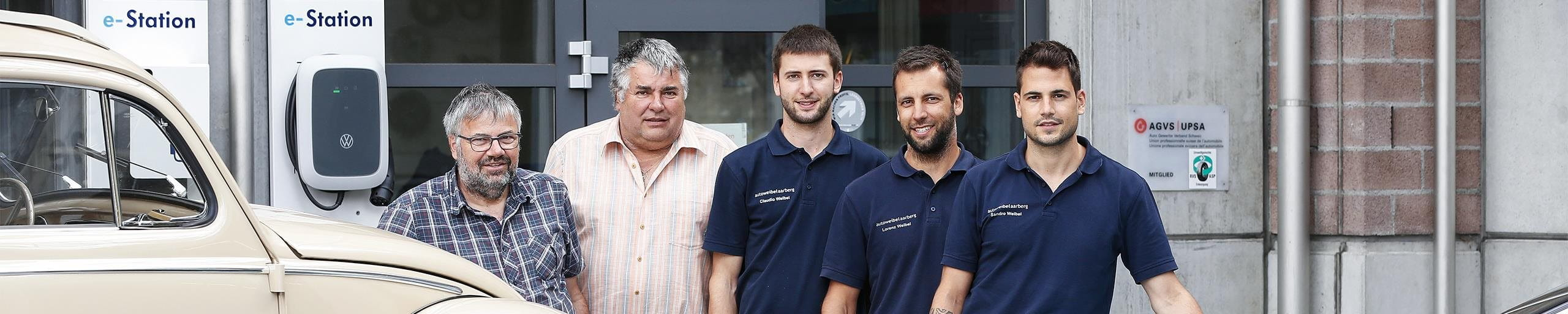 Inhaber der Firma Weibel vor ihrer Autogarage