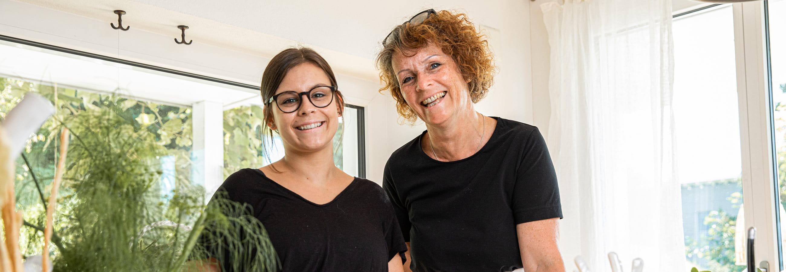 Zwei Frauen lächelnd