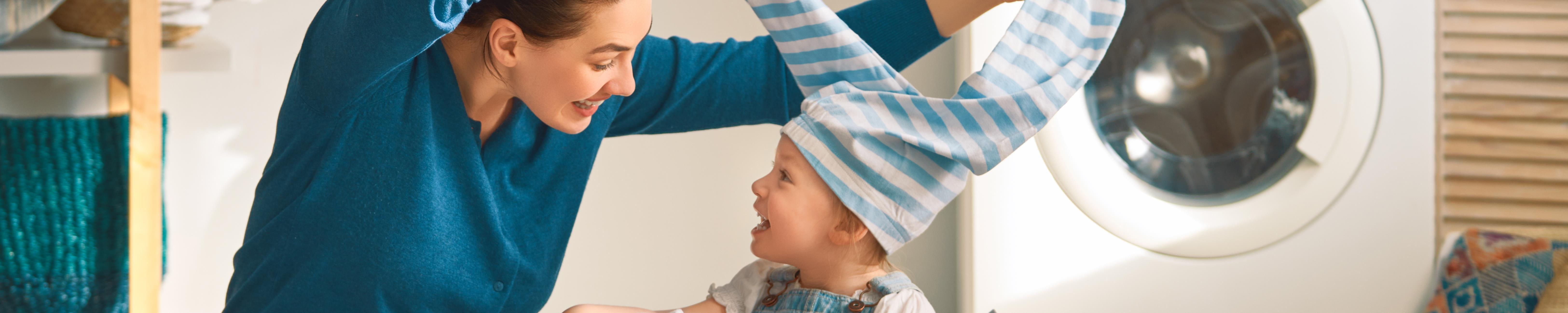 Mutter spielt mit ihrem Kind