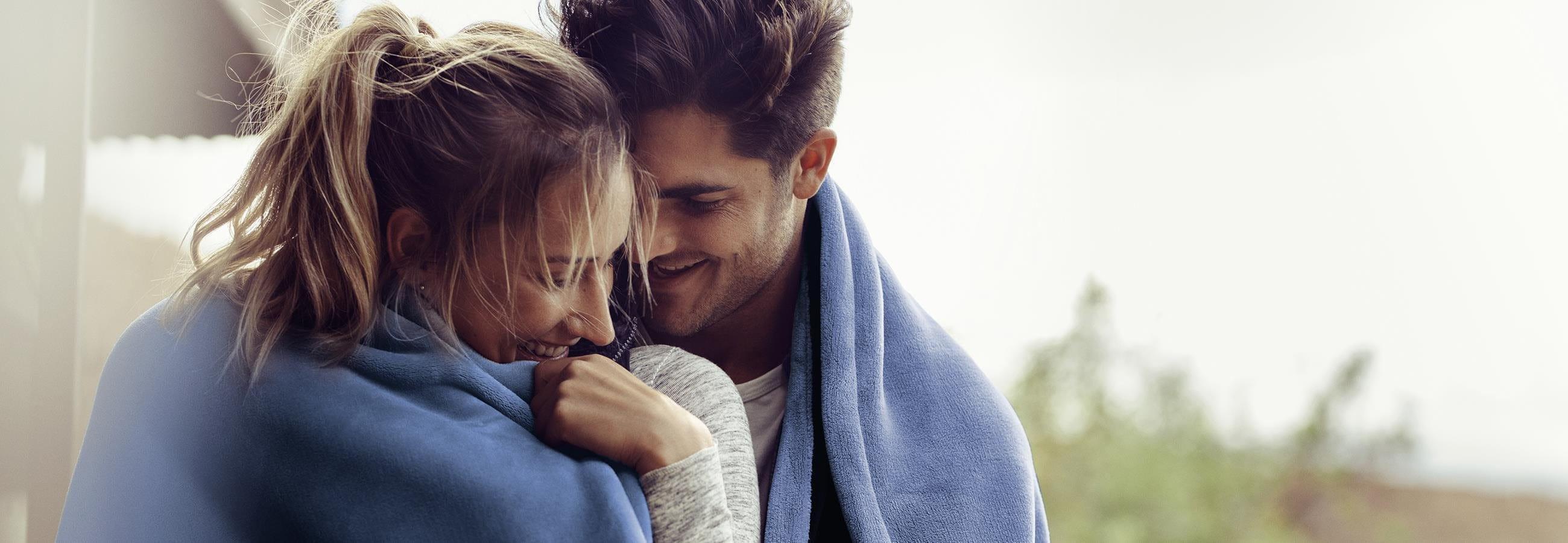 Frau und Mann mit Wolldecke