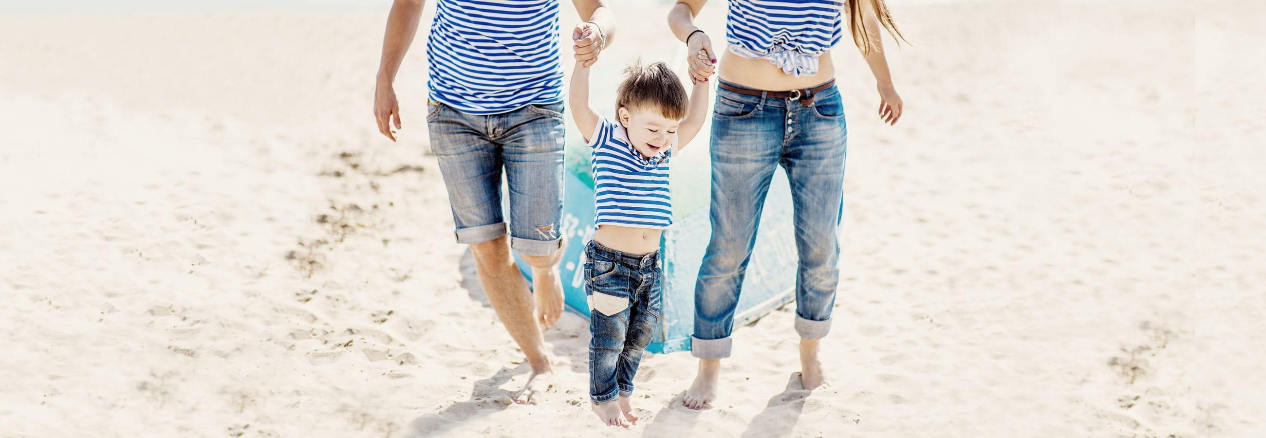 Fröhliche Familie am Strand
