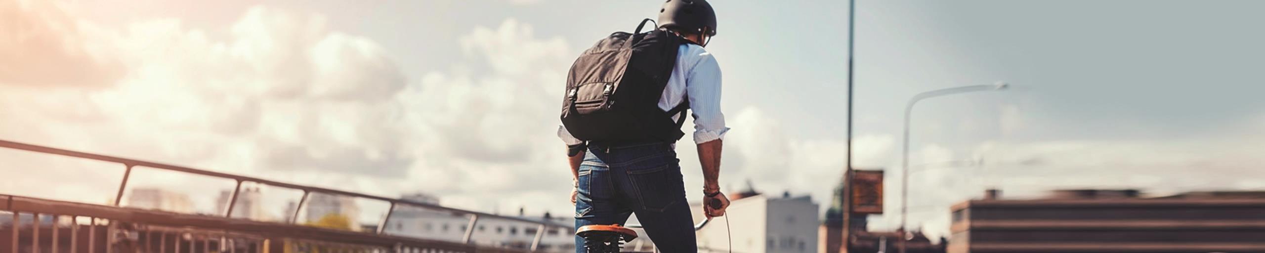 Mann fährt auf einem Fahrrad über eine Brücke