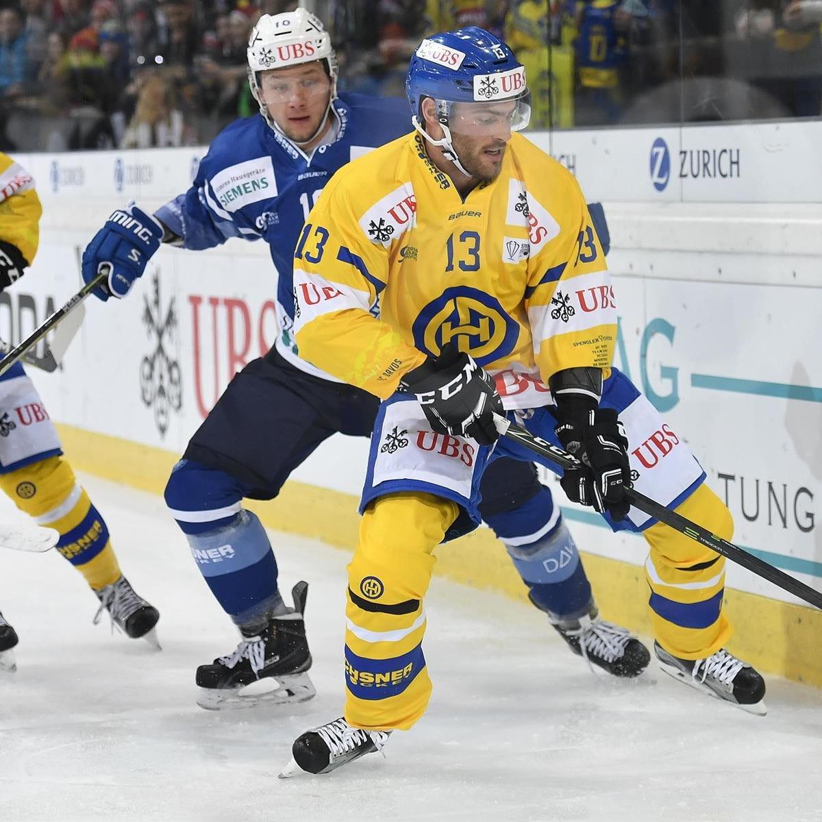 Due giocatori di hockey si contendono un disco