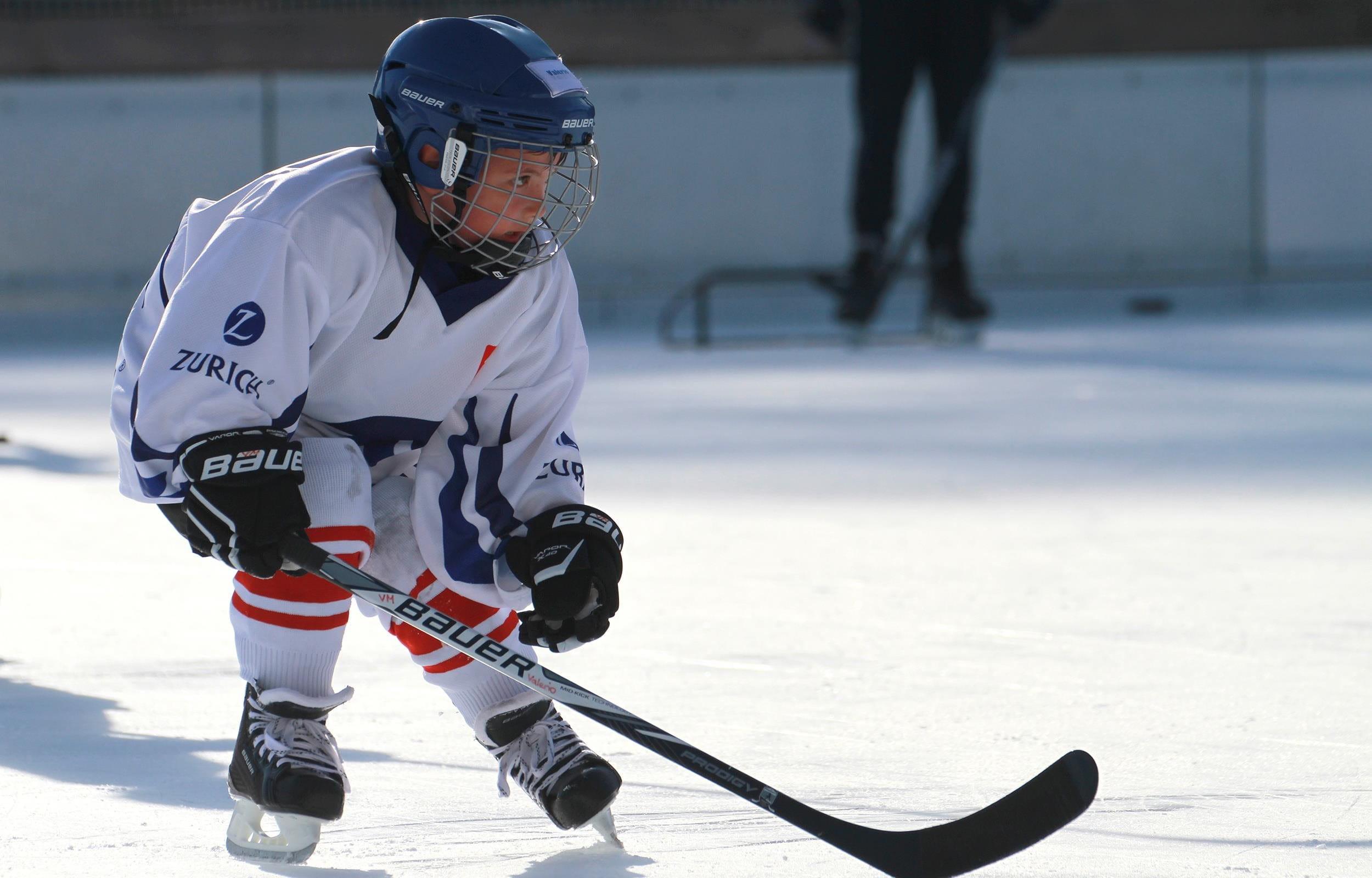 Bambino hockey su ghiaccio attacco Zurich