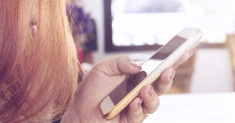 Signora con lo smartphone in mano