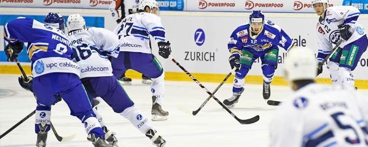 Des joueurs de hockey sur glace se donnent à fond dans l'arène