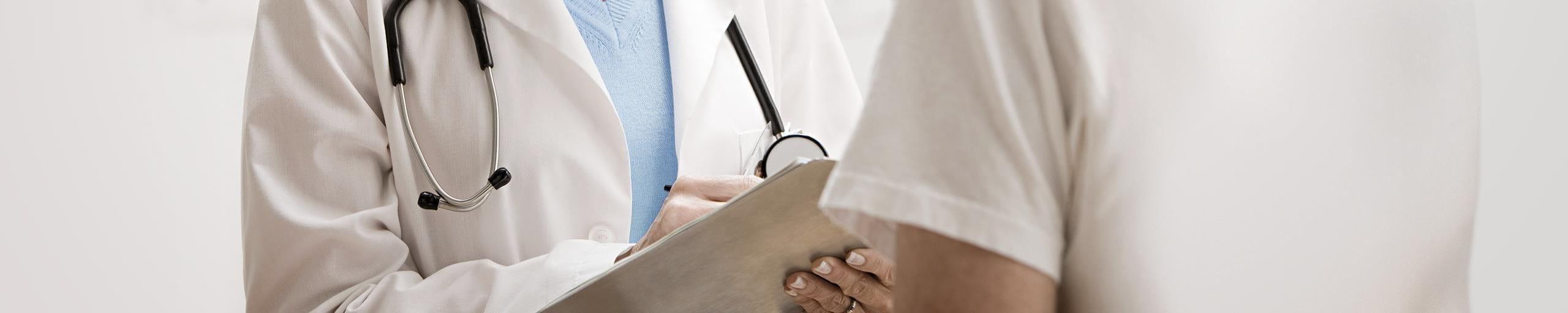 Ein Artz unterhaltet sich mit einem Patient.