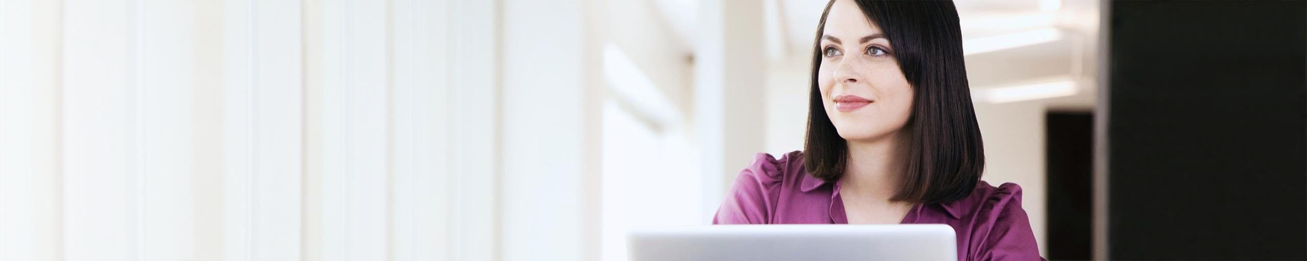 Una donna con laptop.