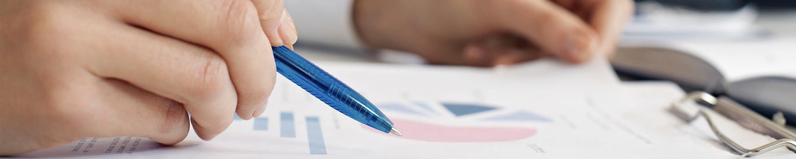 Eine Person prüft ein Dokument.