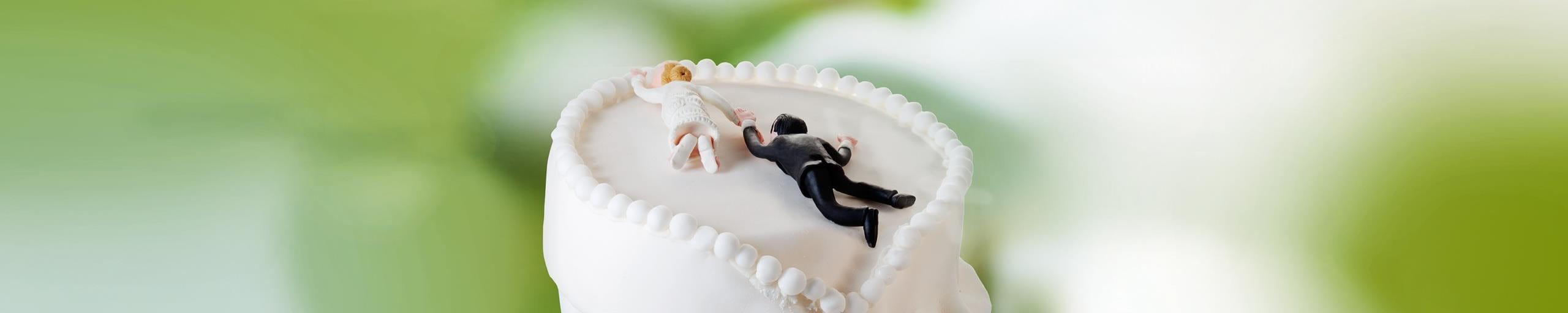 Una torta nuziale decorata con degli sposi.