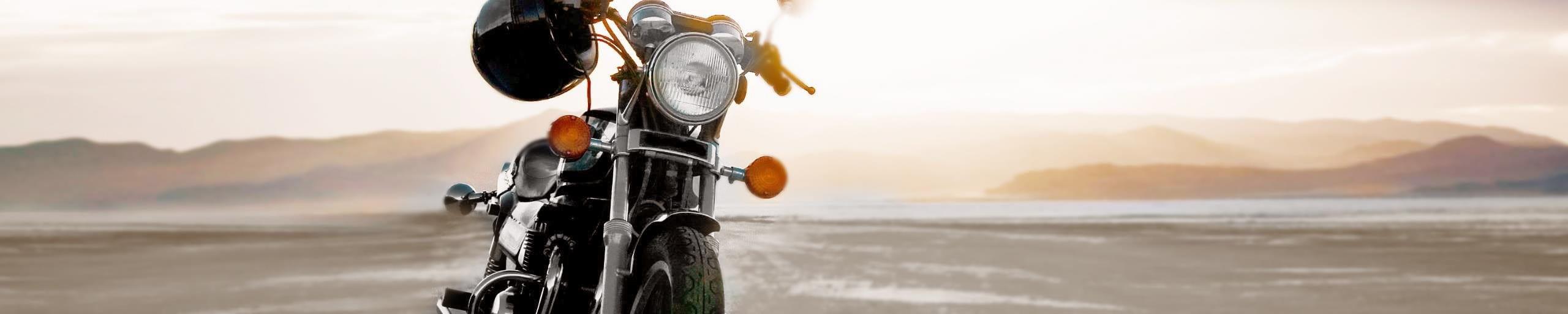 Una moto nel paesaggio.