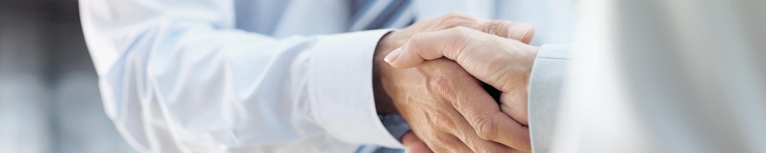 Un homme serre la main d'une femme.