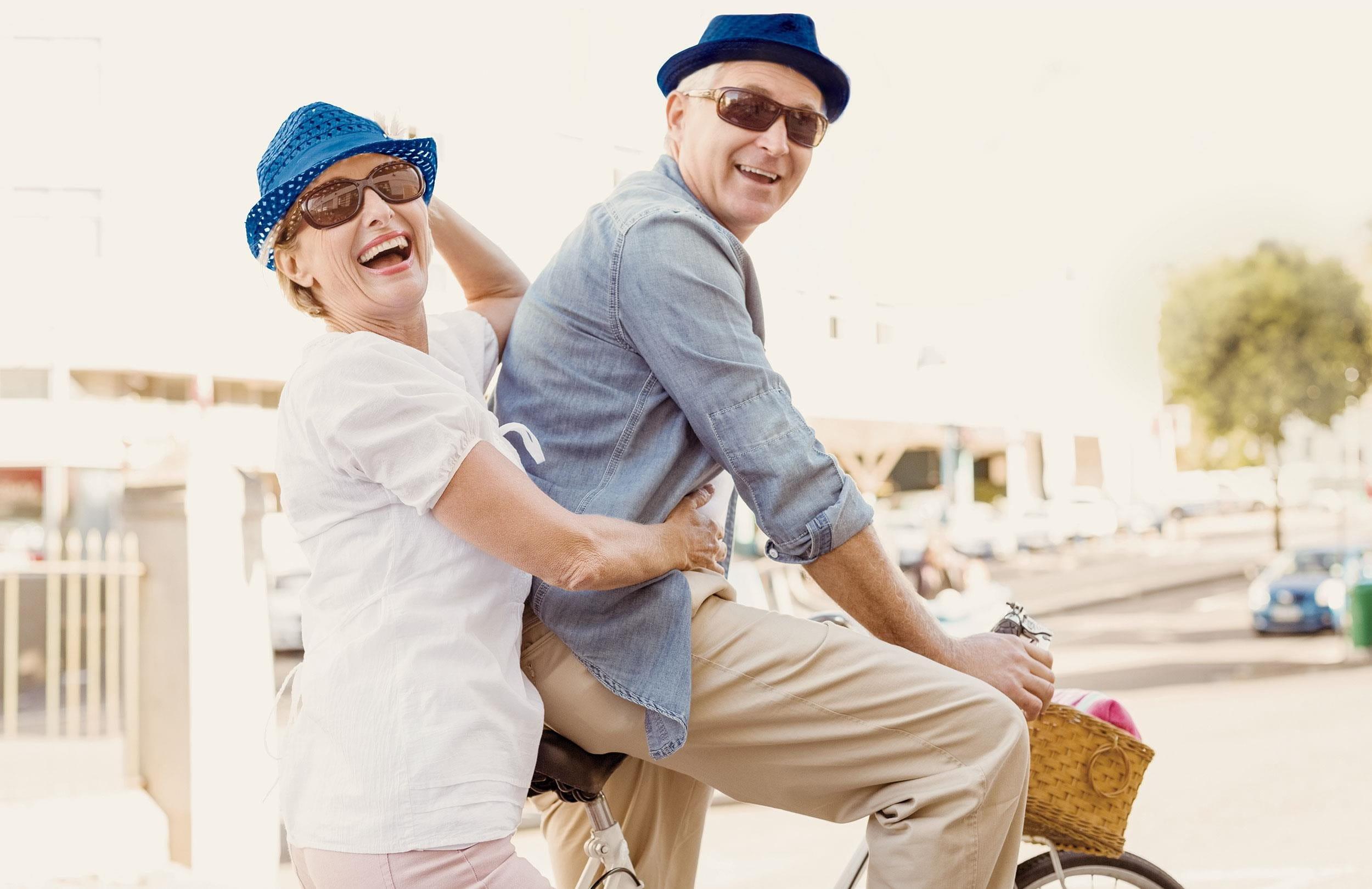 Fröhliches Paar auf einem Fahrrad