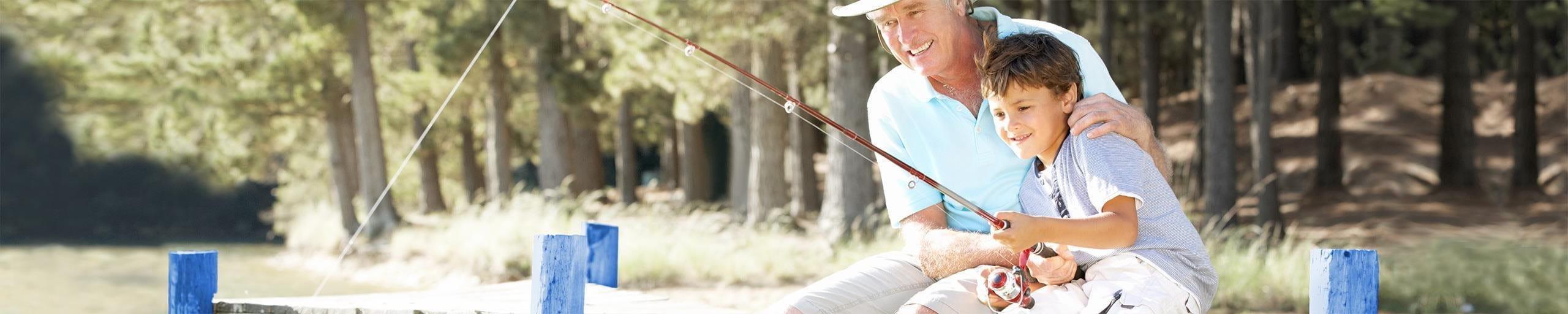 Grossvater und Enkel beim Fischen