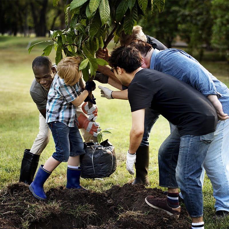 Familie am Strand mit Sonnenschirm