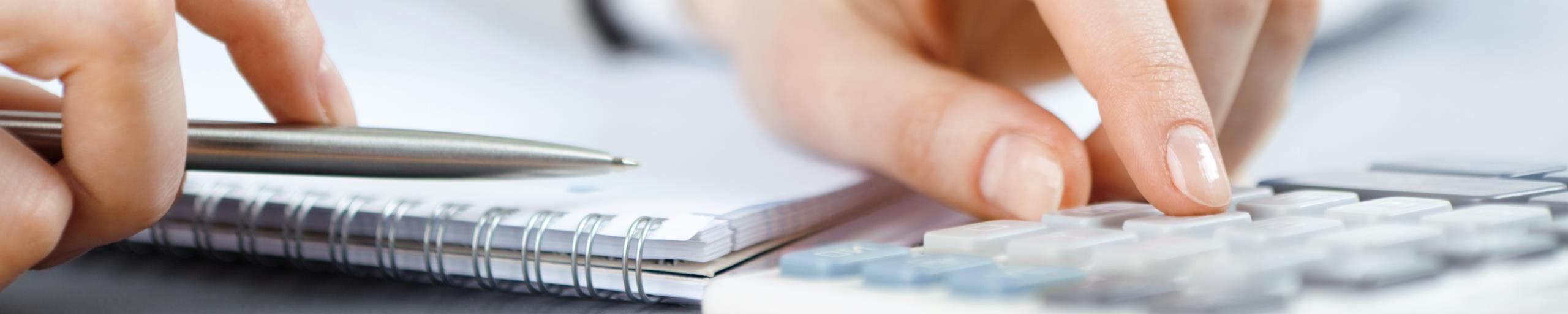 Eine Person benutzt einen Taschenrechner.