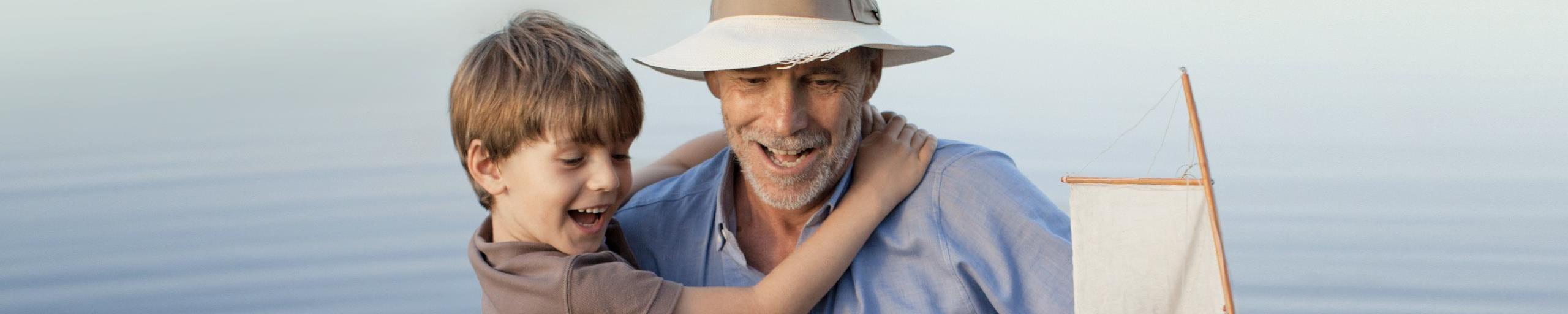 Un garçon dans les bras de son grand-père.