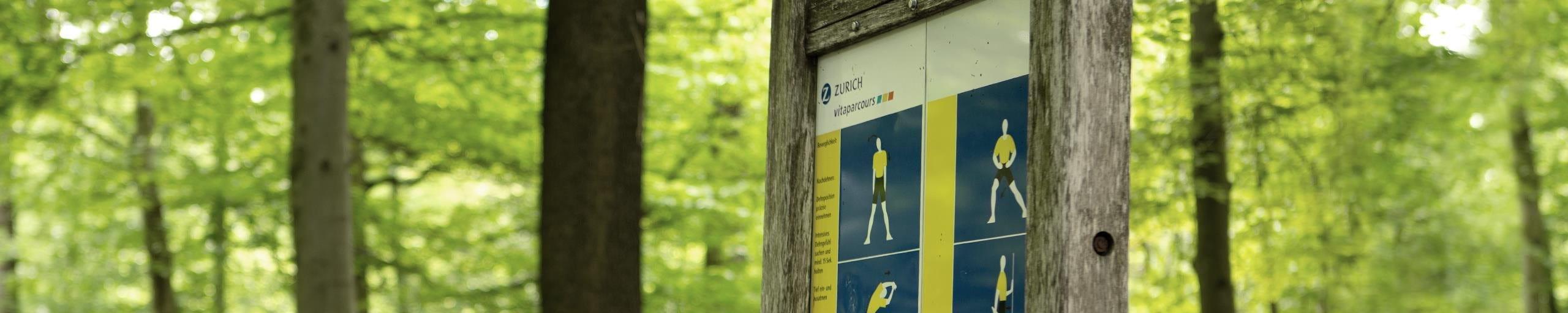 Un panneau parcoursvita décrivant des exercices.