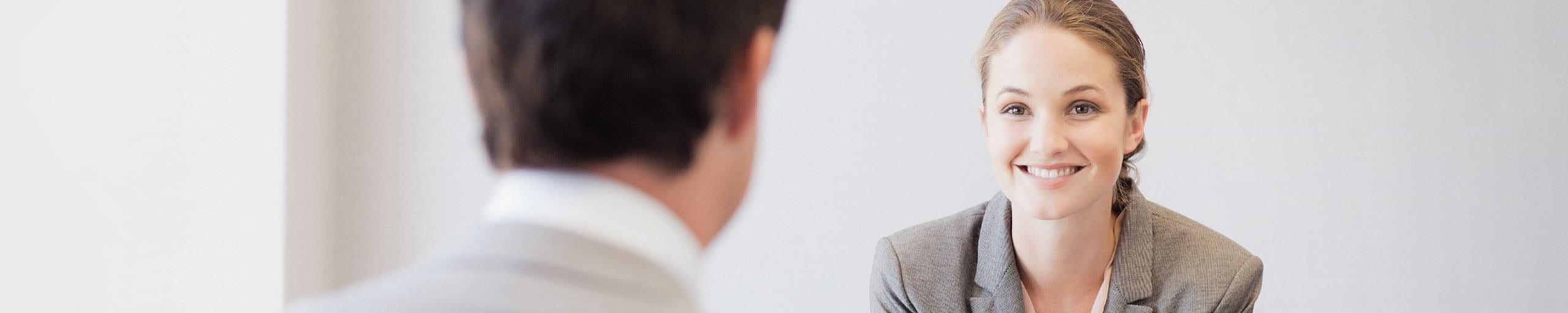 Eine junge Frau spricht mit einem Mann.